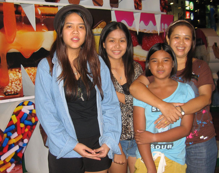 Thailand - At Udon Thai - Meeting Fung's family - (from left to right) Fung, her sister Film, family friend & mother